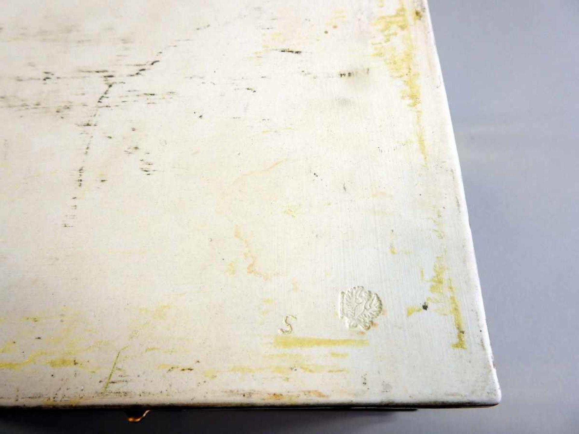 Los 57 - KPM Schatulle Porzellan, aufglasur handbemalt und vergoldet. Schluss und Rahmen aus Messing. Drei