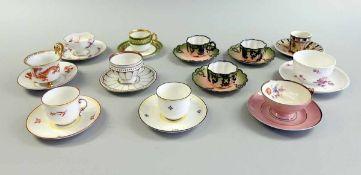 12 Mokkatassen Porzellan. Verschiedene Ausarbeitungen, Manufakturen und Dekore. Alle Tassen besitzen