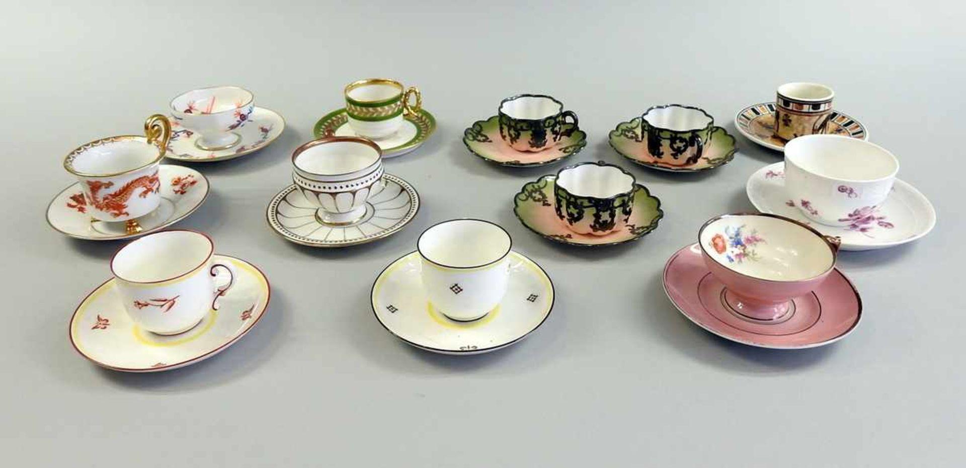 Los 42 - 12 Mokkatassen Porzellan. Verschiedene Ausarbeitungen, Manufakturen und Dekore. Alle Tassen besitzen