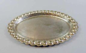 Ovale Silberplatte Silber 800, unpunziert. Schön am Rand und an der Spiegelwand gehämmert,