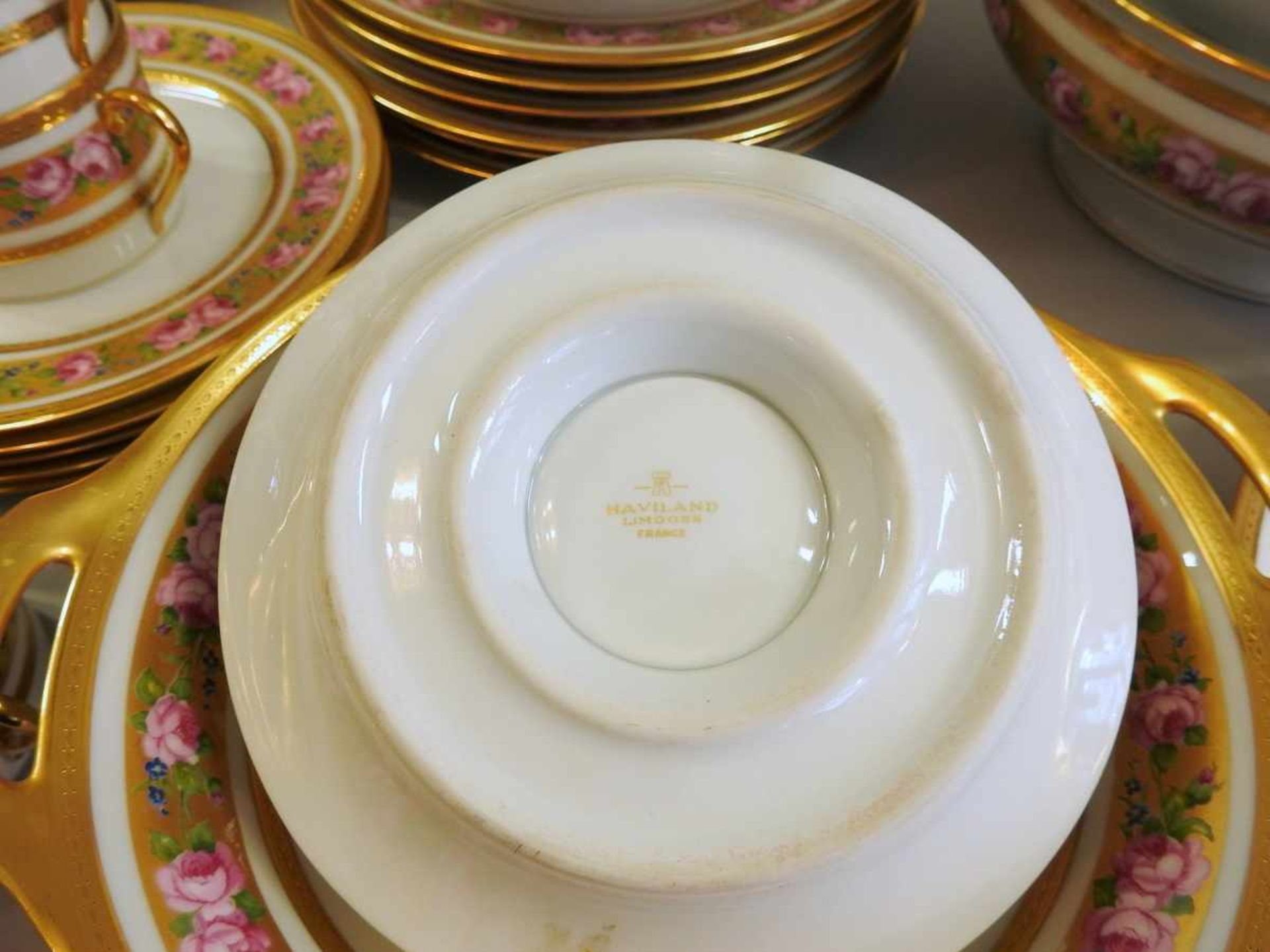 Los 50 - Haviland Speise- und Teeservice Porzellan, reichlich mit gold, rosa und blau staffiert und einem