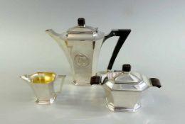 Dreiteiliges Tee/Kaffeeservice Silber 830, alle drei Teile haben die Meistermarke EKJ, S in einem