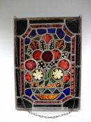 Bunte Butzenscheibe Glas, viereckige Scheibe, Darstellung einer abstrakten Komposition. Riss an