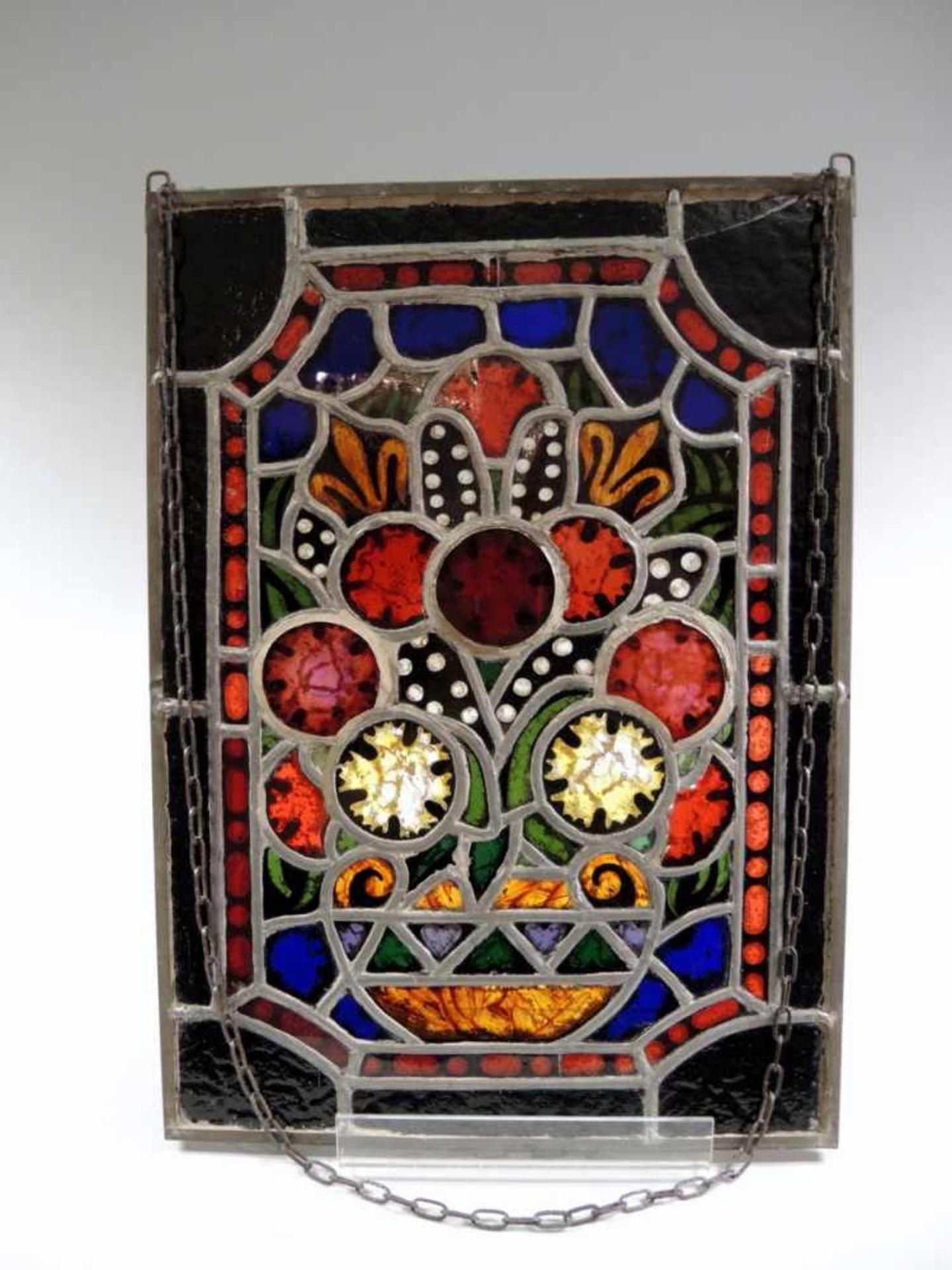 Los 32 - Bunte Butzenscheibe Glas, viereckige Scheibe, Darstellung einer abstrakten Komposition. Riss an