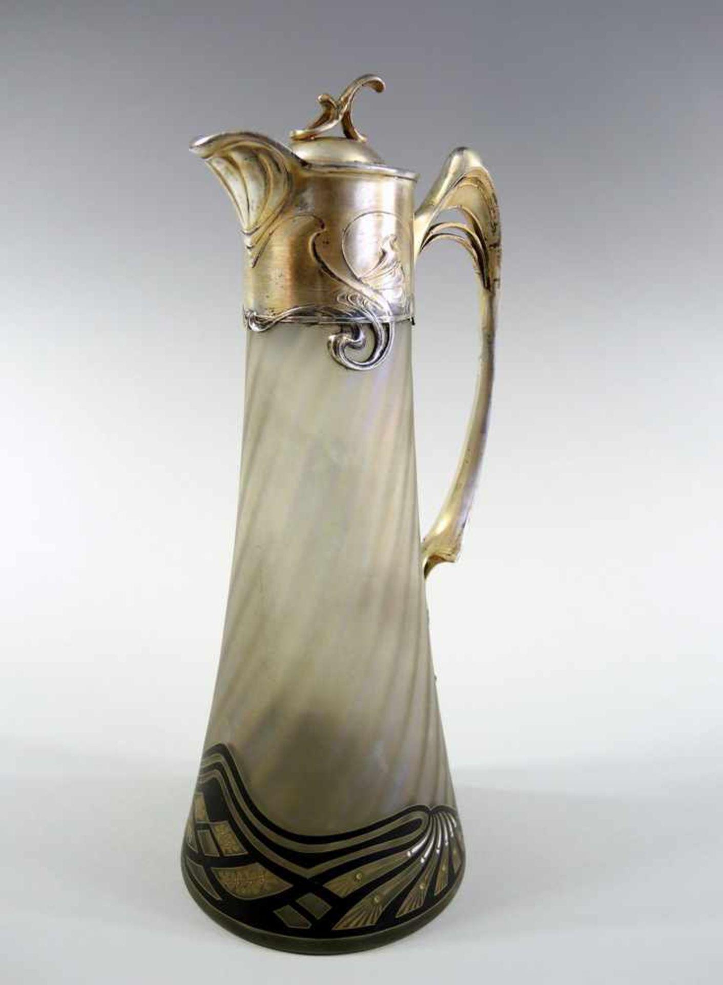 Los 31 - Schöne Jugendstil-Glaskaraffe Glaskaraffe mit Montierung. Irisierendes mattiertes Glas mit