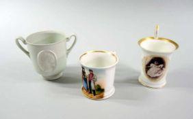 3 kleine Tassen Porzellan, 3-teilige Sammlung. Die große Tasse hat am Boden eine unterglasurblaue