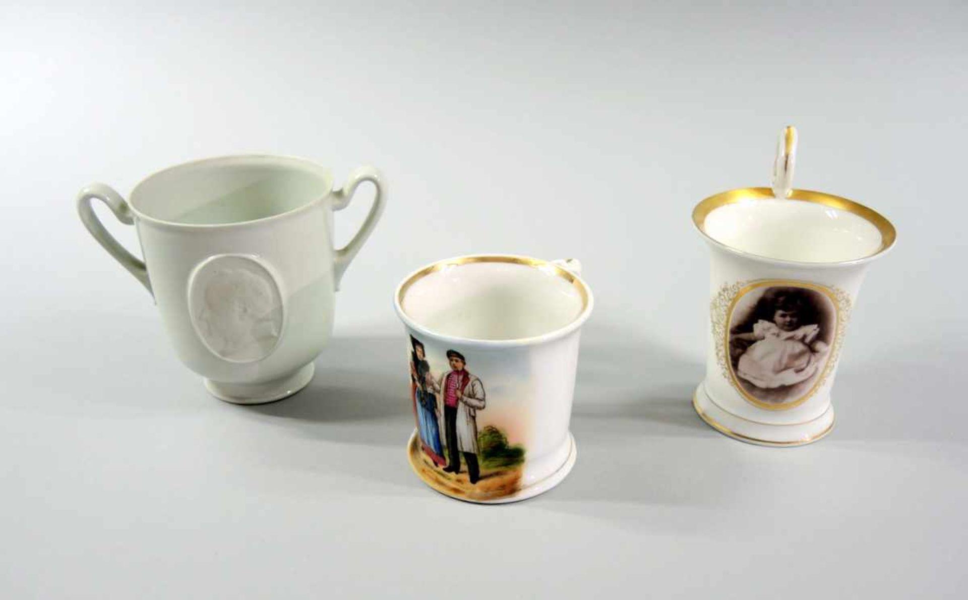 Los 44 - 3 kleine Tassen Porzellan, 3-teilige Sammlung. Die große Tasse hat am Boden eine unterglasurblaue