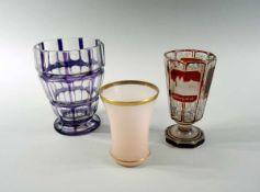 Biedermeier Gläser Glas. Set besteht aus 3 Teilen, darunter ein rosa Becher mit Goldrand, eine