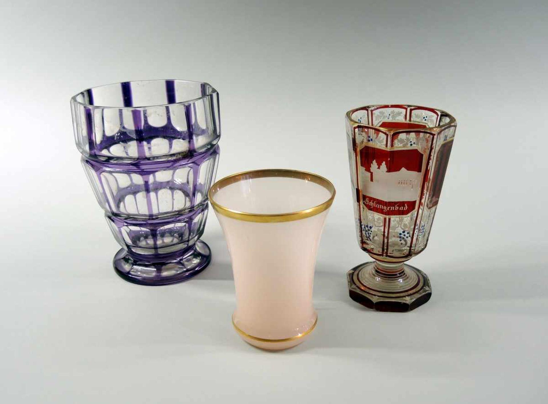 Los 36 - Biedermeier Gläser Glas. Set besteht aus 3 Teilen, darunter ein rosa Becher mit Goldrand, eine