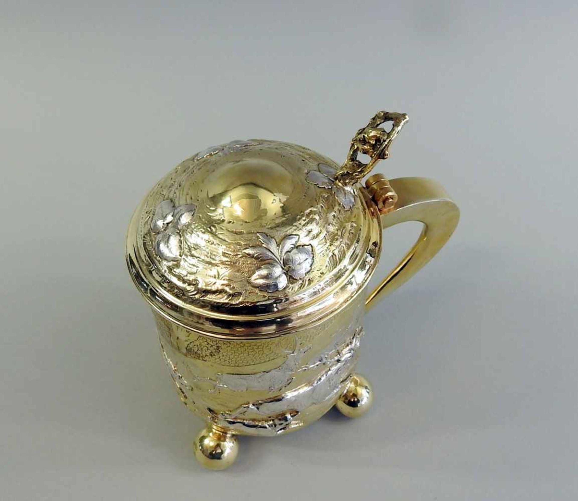 Los 14 - Prunk-Jagdhumpen auf Kugelfüßchen Silber 800, Halbmond und Krone, reich vergoldet. Die reliefierte