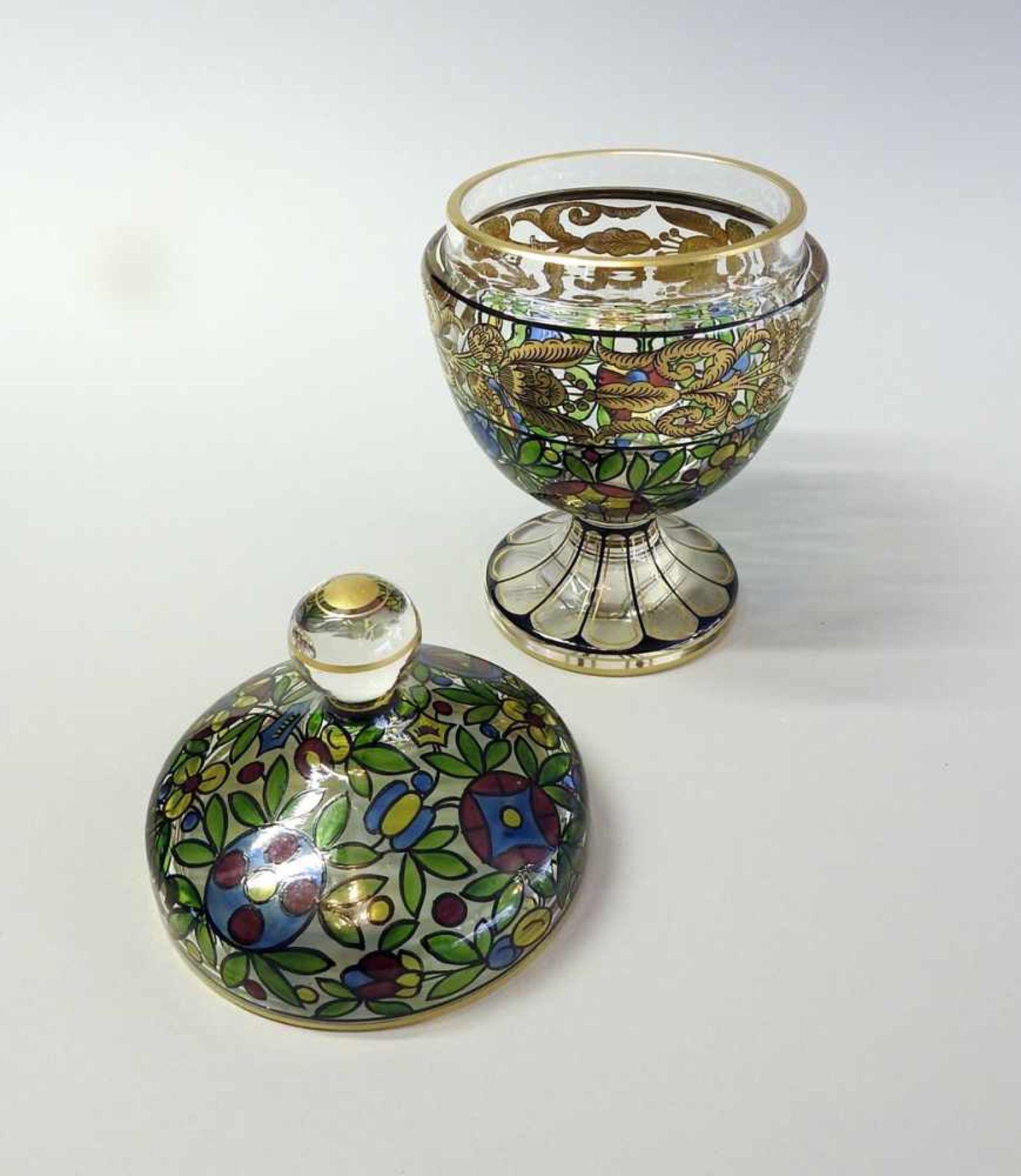 Los 35 - Feiner Deckelbecher Glas. Polychrom bemalt mit abstrakten und floralen Ornamenten. Auf flachem