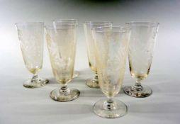 6 Gläser Glas, 6-teilig. Mit angesetztem Fuß, ziseliert mit Kornähre, Blättern und einem König.