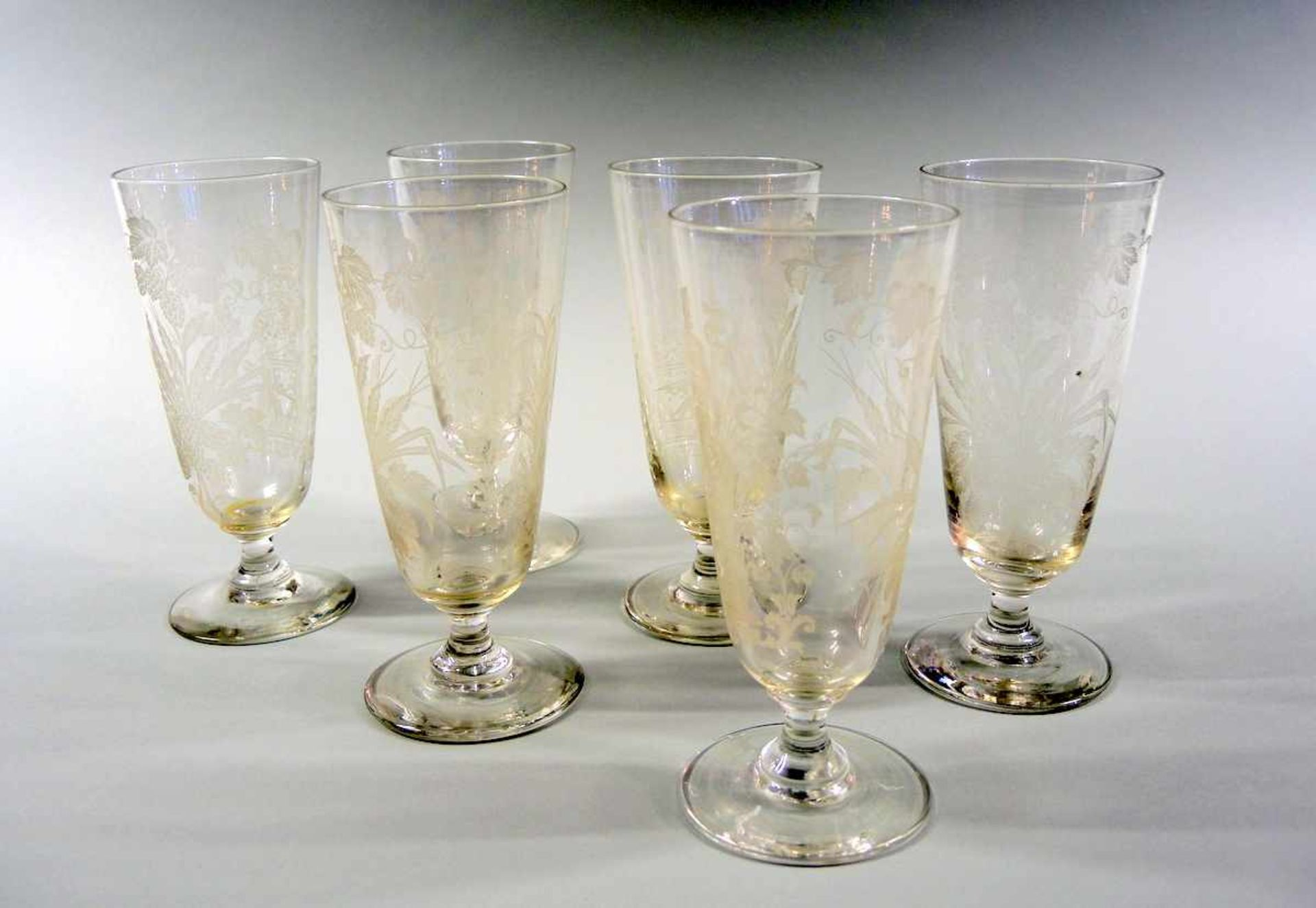Los 38 - 6 Gläser Glas, 6-teilig. Mit angesetztem Fuß, ziseliert mit Kornähre, Blättern und einem König.