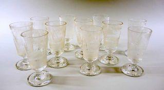 11 Gläser Glas, fein graviert mit Hirschen im Wald. Jedes Glas hat eine eigene Jagdszenerie.