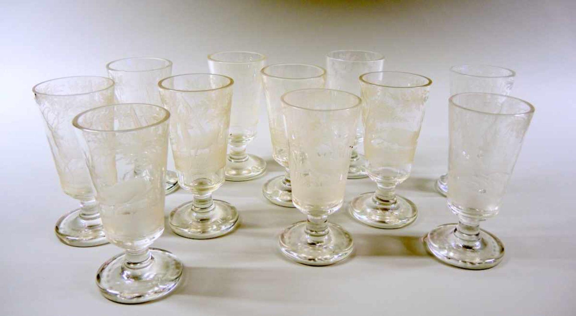 Los 37 - 11 Gläser Glas, fein graviert mit Hirschen im Wald. Jedes Glas hat eine eigene Jagdszenerie.