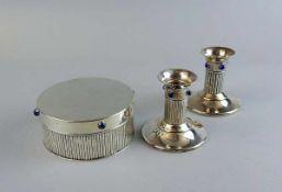 Cartier, Kerzenleuchter und runde Dose Silber plated, jeweils am Boden signiert. Wandung mit geraden