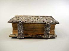Prunkeinband in Silber Silberne Montierung, reich gearbeitet mit Blumen- und Blätterdekor.