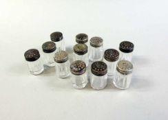 12 Salz- und Pfefferstreuer Glas, mit Silbermontur. Silber 835, Meistermarke der Firma Hermann Bauer