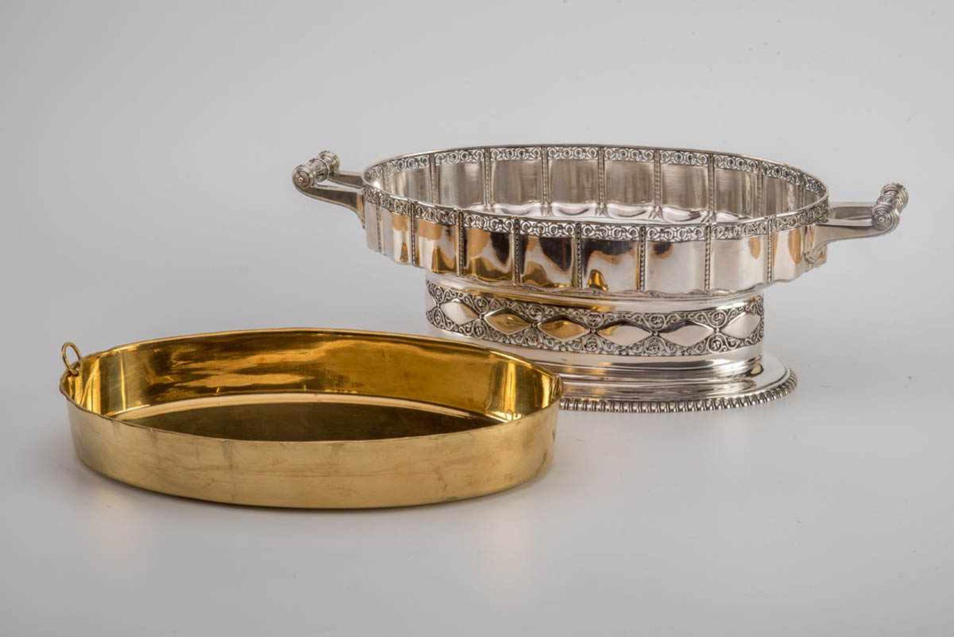 Los 23 - Jardiniere, Peter Bruckmann, Heilbronn um 1920 800er Silber, vergoldeter Messingeinsatz. Ovaler