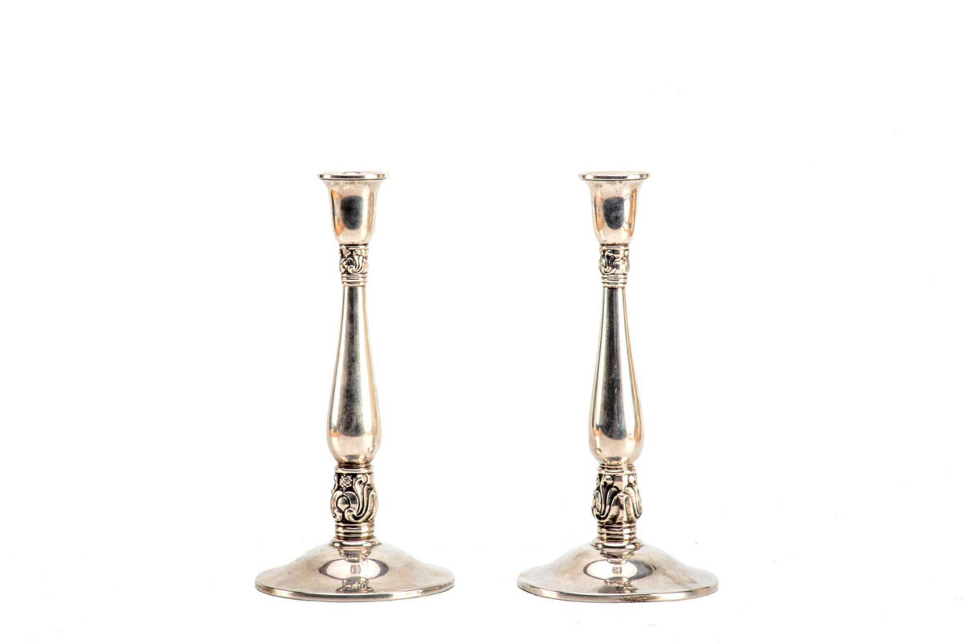 Los 27 - Paar Tafelleuchter, Royal Danish, USA um 1920 Sterling-Silber. Runder leicht gewölbter Fuß,