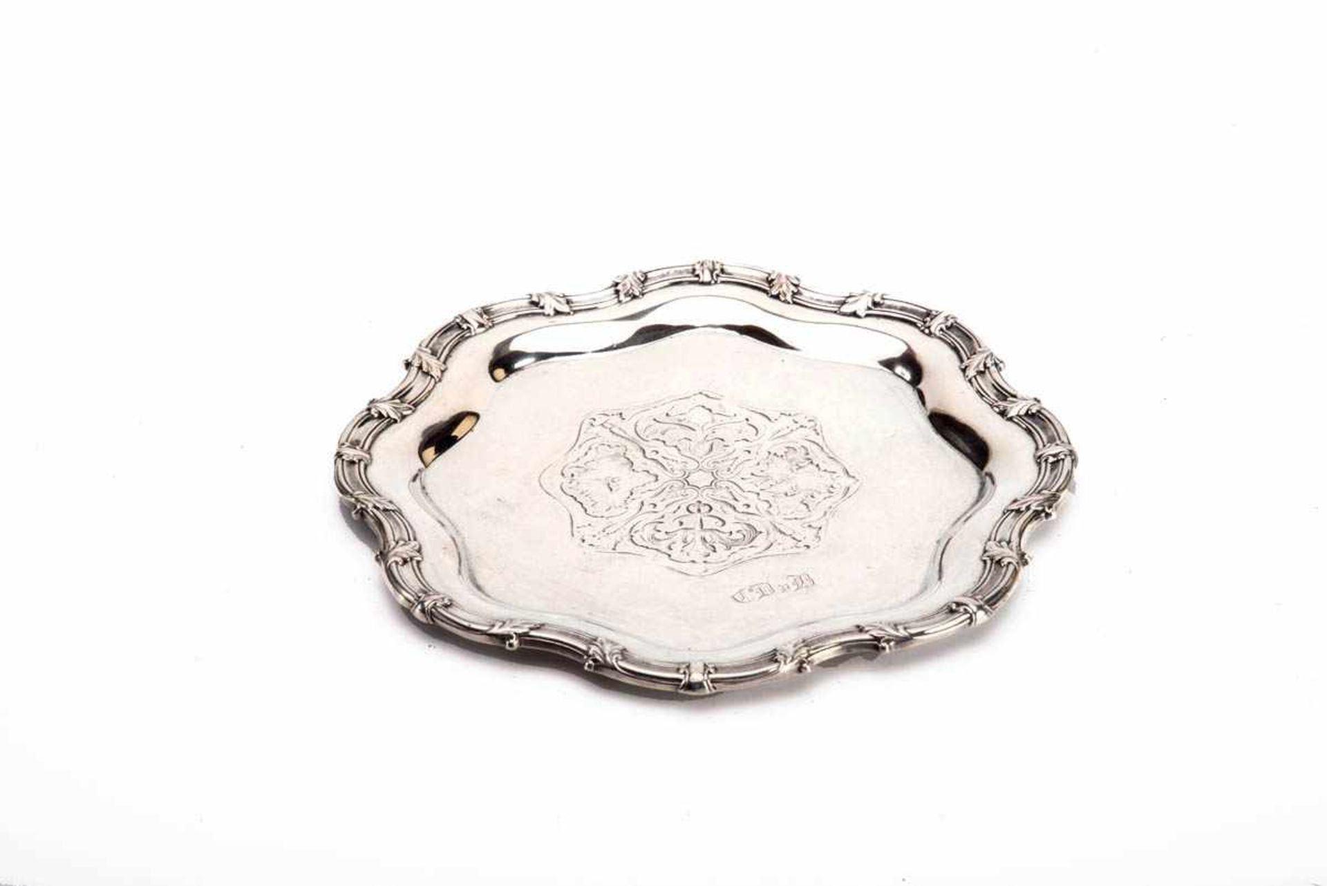 Los 8 - Kleines Tablett, Mitte 19.Jh. 12-lötiges Silber. Runder passig geschweifter Spiegel in der Mitte