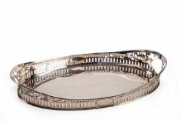Großes Serviertablett, wohl Belgien um1900 950er Silber. Schlichter Spiegel, steile Fahne mit