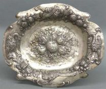 Prunkschale 800 Silber, punziert, Reliefarbeit, Vogel- und Obstdekor, auf 4 Kugelfüßen, oval, ca.