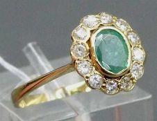 Damenring 14 kt. Gelbgold, 1 ovaler Smaragd, Kranz mit 12 Diamanten zus. ca. 0,30 ct., weiß, p,