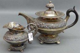 Teegarnitur, 19. Jh. Silber, punziert, Turmmarke, wohl Prag, florales Reliefdekor, 1 Teekanne, 1