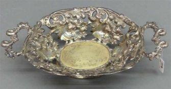 Henkelschale, 19. Jh. Silber, durchbrochen gearbeitet, florales Dekor, minim. beschädigt,