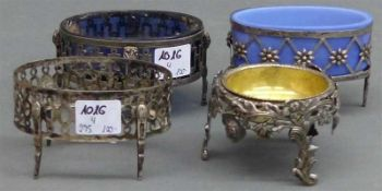 4 Gewürzschälchen, 19. Jh. verschieden, Silber, durchbrochen gearbeitet, 2 x mit Blauglaseinsatz, 1