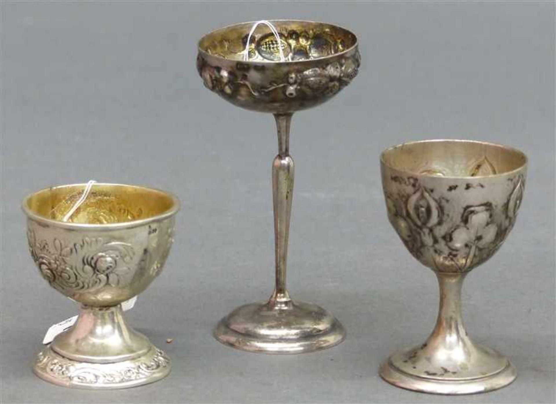 Los 1032 - Konvolut Silber, 800 punziert, 2 Eierbecher, 1 Aufsatzschälchen, Reliefdekor, verschieden, zus.