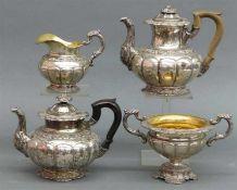 Kaffee- und Teeservice, 19. Jh. Silber, wohl Frankreich, floraler Reliefdekor, 1 Teekanne, 1