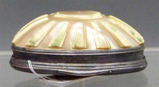 Zierdöschen, 19. Jh. Silberdeckel mit ovalem Karneol, Reliefdekor, Unterteil aus Muschel, h 3 cm,