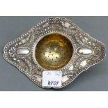 Teesieb 830 Silber, punziert, Blumendekor, Reliefdekor, ca. 59 g schwer, l 12 cm,