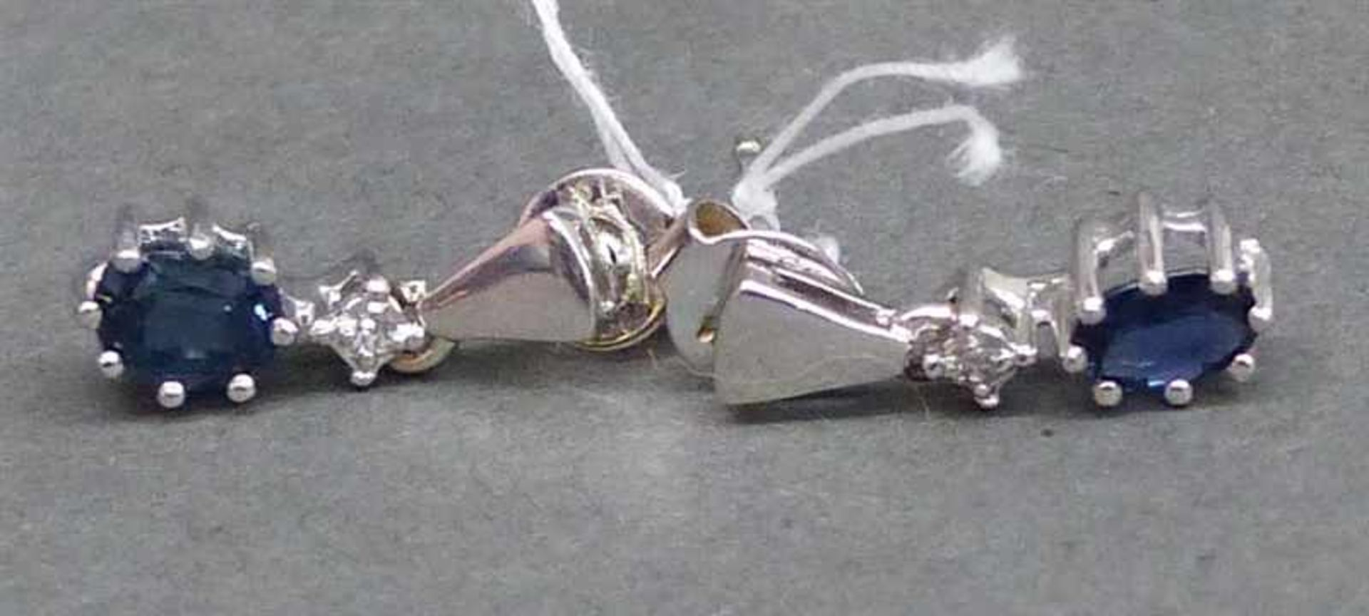 Paar Ohrhänger 14 kt. Weißgold, 2 ovale Saphire, 2 kl. Diamanten, ca. 3 g schwer,