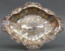Brotschale, um 1900 Silber, punziert, florales Reliefdekor, durchbrochen gearbeitet, ca. 330 g