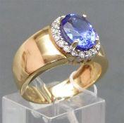 Damenring 14 kt. Gelbgold, mittig blauer Edelstein, wohl Tansanit, Kranz mit 18 Brillanten zus.