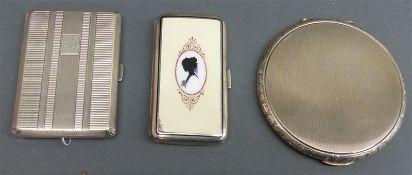 Konvolut Silber, punziert, 1 Puderdose, rund, Reliefdekor, 1 Zigarettenetui, Deckel mit Email,