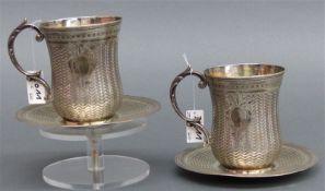 Paar Henkeltassen mit Unterteller, Silber punziert, wohl Persien, feine Gravur, Monogrammkartuschen,