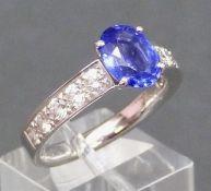 Damenring 18 kt. Weißgold, mittig ovaler blauer Edelstein, wohl Tansanit, besetzt mit 10