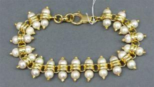 Armband 14 kt. Gelbgold, 38 Süßwasserperlen in Goldmonturen, Karabinerschloss, ca. 35 g schwer, l 21