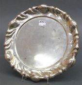 Tablett Silber, punziert, Ungarn, Meistermarke, Reliefrand, rund, barocke Form, ca. 470 g schwer,