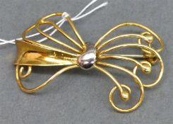 Brosche 14 kt. Gelbgold, Schleifenform, durchbrochen gearbeitet, 50er Jahre, ca. 4 g schwer,
