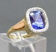 Damenring 14 kt. Gelbgold, mittig blauer Edelstein, wohl Tansanit, Kranz mit kleinen Diamanten,