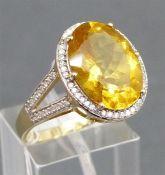 Damenring 14 kt. Gelbgold, 1 ovaler Goldtopas, Kranz und Fassung besetzt mit ca. 72 Diamanten, weiß,
