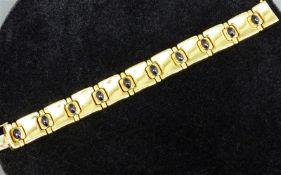 Armband 18 kt. Gelbgold, 10 Plättchen, Zwischenstücke mit Saphircabochons besetzt, Kastenschloss mit