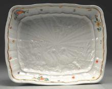 """Schale aus dem """"Schwanenservice"""" Weiß, glasiert. Reliefdekor. Polychrome Bemalung. Goldene"""