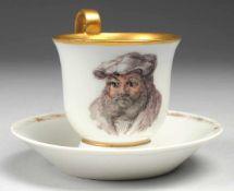 Tasse mit UT Weiß, glasiert. Über ausgestelltem, gekehlt abgesetztem Stand glockenförmiger Korpus.