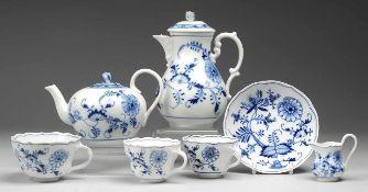 """Konvolut """"Zwiebelmuster"""" 8-tlg. Weiß, glasiert. 2 Tassen, große Tasse mit UT, Kaffee- u. Teekanne, 2"""